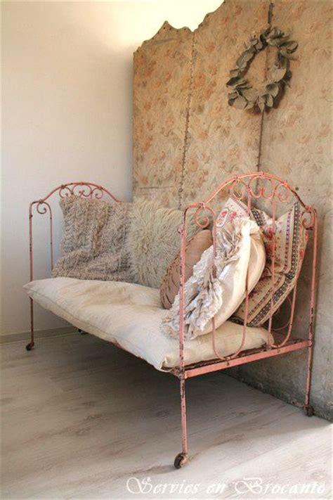 shabby chic metal bed http serviesenbrocante blogspot com search updated max 2012 07 26t12 57 00 2b02 00 10 28 false