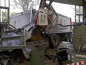 Trailer Trucks Crash Into Buildings, Truck Accidents, Semi Truck Accidents